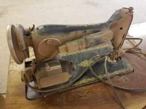 Singer Sewing Machine in cabinet- AC859571